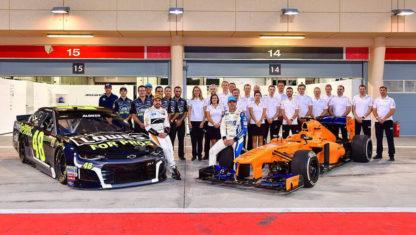 foto: Fernando Alonso y Jimmie Johnson intercambian sus coches de la Fórmula 1 y la NASCAR